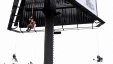 Z billboardu v Praze kolotoč jako umělecký projekt
