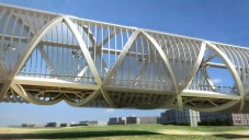 Dominique Perrault postavil kroucený most v Madridu