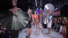 Paco Rabanne oslnil přehlídkou kovových šatů