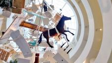 Maurizio Cattelan zavěsil své umění v Guggenheimu