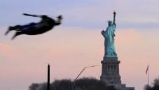 Tři lidé poprvé létali nad městem New York