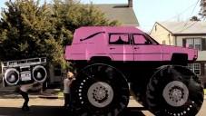 They Might Be Giants si v klipu postavili papírové auto