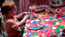 Kusama nechává děti i dospělé tečkovat bílý pokoj