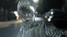 Rozbitý skleněný kluk ukazuje následky rychlé jízdy