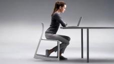 Vitra židle Tip Ton nabádá skosením k rovnému sezení