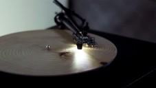 Speciální gramofon Years hraje z dřevěných vinylů