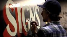 Dusty Signs maluje ručně retro nápisy obchodům