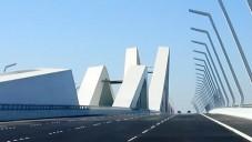 Projeďte se po mostě Sheikh Zayed Bridge od Hadid