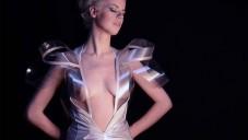 Elektronické šaty Intimacy 2.0 se umí zprůhlednit
