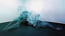 Superimposition ze skla připomíná obal od bonbónu
