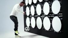 Beckham hraje v reklamě na mobil míčem Beethovena