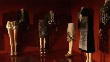 Elsa Schiaparelli a Miuccia Prada na výstavě v MET