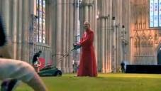 Deset mužů pokrylo interiér yorské katedrály trávou