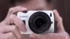 Canon EOS M ukázán na romantickém páru z Paříže