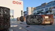 Střechu galerie DOX pokrývají obří sochy od Sušky