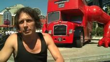 David Černý nainstaloval klikující autobus v Islingtonu