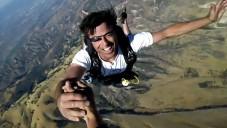 Seskok padákem živě přenášen brýlemi Google Glass