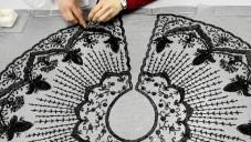 Podívejte se jak se restaurují šaty značky Balenciaga