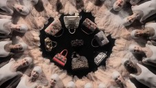 Louis Vuitton láká na výstavu tančícím fanklubem