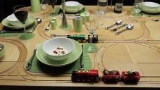 TrackTile Table je jídelní stůl s kolejemi pro vláčky