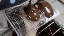 Čokoláda od Marou je vyráběna ručně včetně obalu