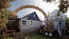 Ve Vancouveru si postavili obloukový most mezi domy