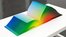 Tauba Auerbach vytvořila knihu jako atlas RGB barev