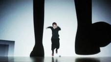 Enra natočila taneční performance Primitive s projekcí
