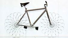 Ron Arad nechal otestovat své jízdní kolo z pružin