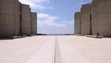 Nahlédněte za zdi laboratoří Salk Institute od Luise Kahna