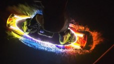 Svítící wakeboardisté malovali obrazce do fotografií