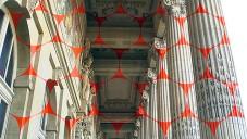 Felice Varini perspektivně ozdobil fasádu Grand Palais