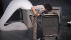 Michel Blazy nechal plastové popelnice chrlit pěnu