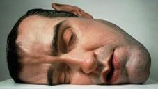 Ron Mueck vytvořil pro Paříž nadživotní lidské sochy