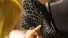 Michael Schmidt ukazuje výrobu 3D tištěných šatů