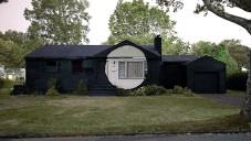 Ian Strange pomalovává i zapaluje domy jako street art