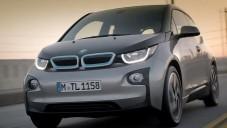 Městský elektromobil BMW i3 se ukazuje za jízdy