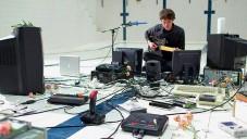 James Houston rozehrál retro techniku v song Polybius