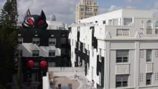 Desi Santiago přemaloval bílý hotel na dům hrůzy