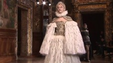 Přehlídka alžbětinské kolekce od Alexander McQueen