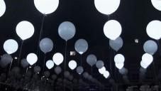 Cyclique navodí blikajícími balónky dojem krajiny