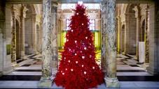 Muzeum V&A má rudý vánoční strom zdobený parožím