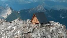 V Julských Alpách vyrostla dřevěná chata Luca Vuerich