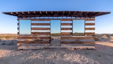 Lucid Stead je opuštěný dům v poušti obložený zrcadly