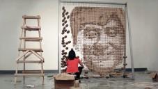 Umělkyně vytvořila portrét Jackie Chana z tisíců hůlek