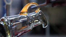 Česká sklárna BOMMA ukazuje ruční a robotickou výrobu skla