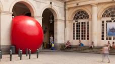 Po světě cestuje obří červený míč jako Red Ball Project
