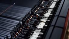 Son Lux hrál na klavír na dálku přes holící strojky