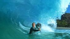Clark Little fotografuje úchvatné mořské vlny zevnitř