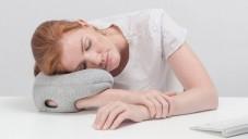 Ostrich Pillow Mini je návlek na ruku pro spaní na stolech